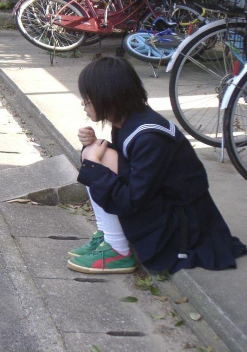 地面にお座りしてる純粋そうな素人JKのパンチラで勃起しちゃおうぜwww 40枚 No.13