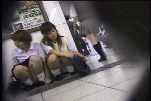 地面にお座りしてる純粋そうな素人JKのパンチラで勃起しちゃおうぜwww 40枚 No.31