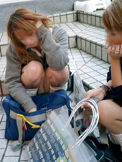 地面にお座りしてる純粋そうな素人JKのパンチラで勃起しちゃおうぜwww 40枚 No.38