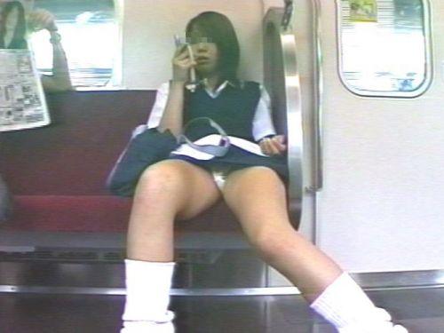 【盗撮画像】電車でパンチラしてるJKの股間と日焼けした太ももエロ過ぎwww No.1