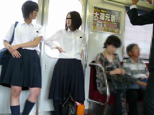 【盗撮画像】電車でパンチラしてるJKの股間と日焼けした太ももエロ過ぎwww No.2
