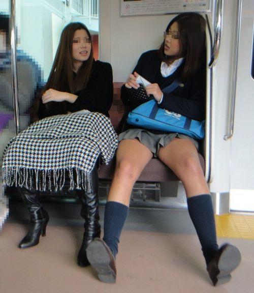 【盗撮画像】電車でパンチラしてるJKの股間と日焼けした太ももエロ過ぎwww No.6