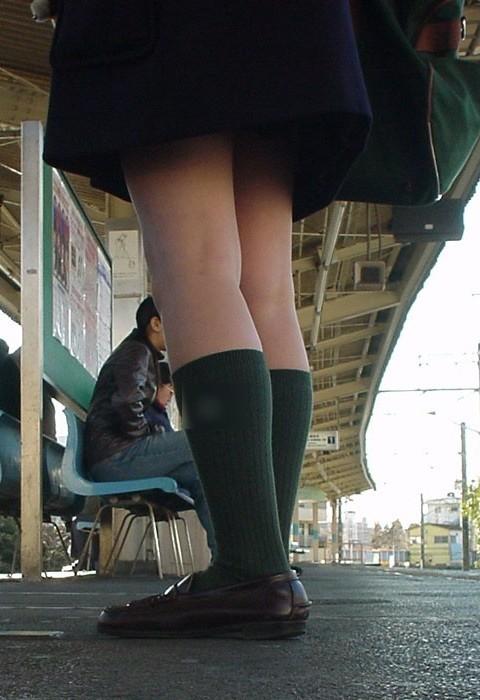 【盗撮画像】電車でパンチラしてるJKの股間と日焼けした太ももエロ過ぎwww No.12