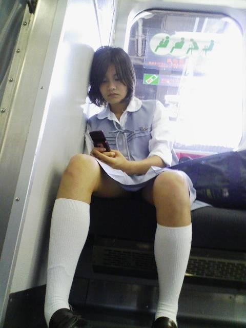 【盗撮画像】電車でパンチラしてるJKの股間と日焼けした太ももエロ過ぎwww No.13
