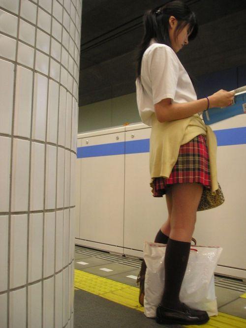 【盗撮画像】電車でパンチラしてるJKの股間と日焼けした太ももエロ過ぎwww No.15