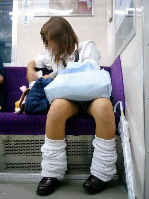【盗撮画像】電車でパンチラしてるJKの股間と日焼けした太ももエロ過ぎwww No.17