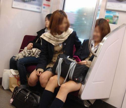 【盗撮画像】電車でパンチラしてるJKの股間と日焼けした太ももエロ過ぎwww No.19