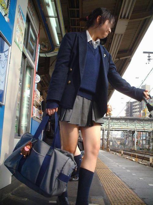 【盗撮画像】電車でパンチラしてるJKの股間と日焼けした太ももエロ過ぎwww No.22