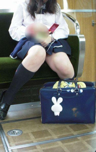 【盗撮画像】電車でパンチラしてるJKの股間と日焼けした太ももエロ過ぎwww No.29