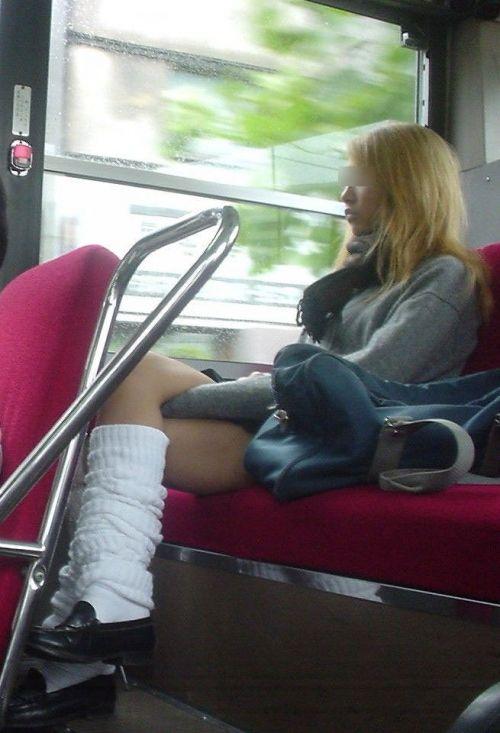 【盗撮画像】電車でパンチラしてるJKの股間と日焼けした太ももエロ過ぎwww No.30