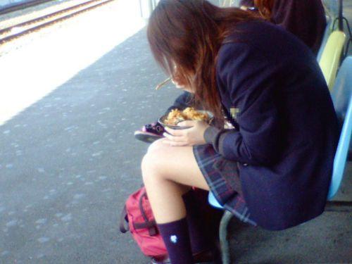 【盗撮画像】電車でパンチラしてるJKの股間と日焼けした太ももエロ過ぎwww No.31