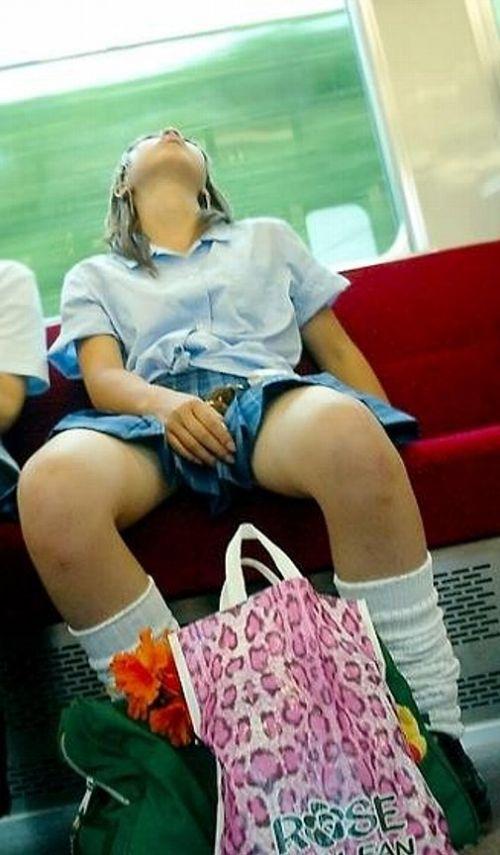 【盗撮画像】電車でパンチラしてるJKの股間と日焼けした太ももエロ過ぎwww No.32