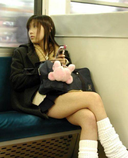 【盗撮画像】電車でパンチラしてるJKの股間と日焼けした太ももエロ過ぎwww No.33