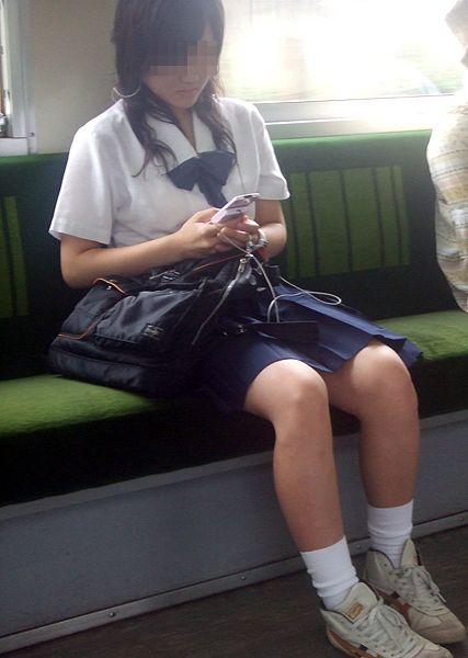 【盗撮画像】電車でパンチラしてるJKの股間と日焼けした太ももエロ過ぎwww No.35