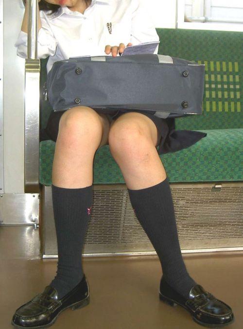 【盗撮画像】電車でパンチラしてるJKの股間と日焼けした太ももエロ過ぎwww No.37