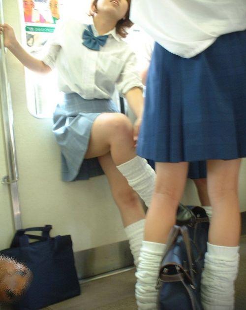 【盗撮画像】電車でパンチラしてるJKの股間と日焼けした太ももエロ過ぎwww No.38