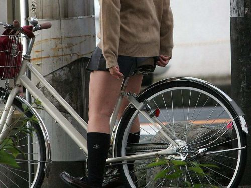 JKのオマタが自転車のサドルに乗っかってる画像でエロく妄想しようぜwww No.1