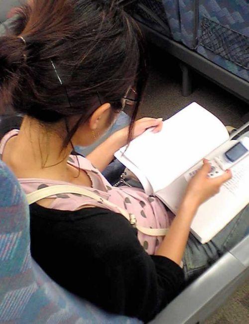 携帯・読書・マスク姿のお姉さんも胸チラしちゃう電車盗撮画像 35枚 No.4
