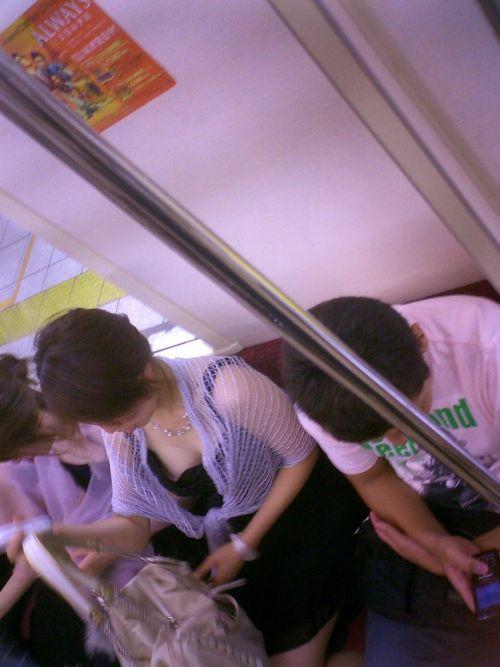 携帯・読書・マスク姿のお姉さんも胸チラしちゃう電車盗撮画像 35枚 No.6