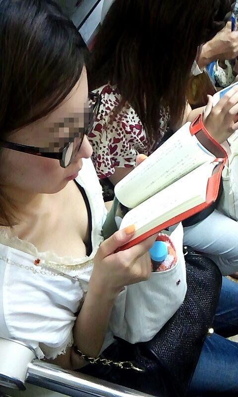 携帯・読書・マスク姿のお姉さんも胸チラしちゃう電車盗撮画像 35枚 No.10