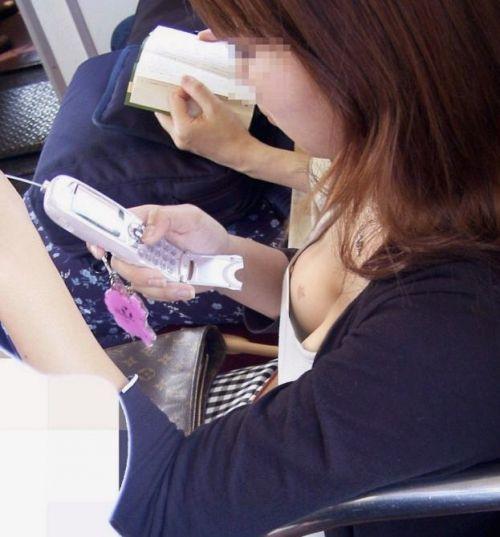 携帯・読書・マスク姿のお姉さんも胸チラしちゃう電車盗撮画像 35枚 No.13