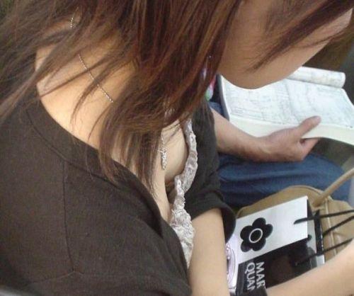 携帯・読書・マスク姿のお姉さんも胸チラしちゃう電車盗撮画像 35枚 No.15