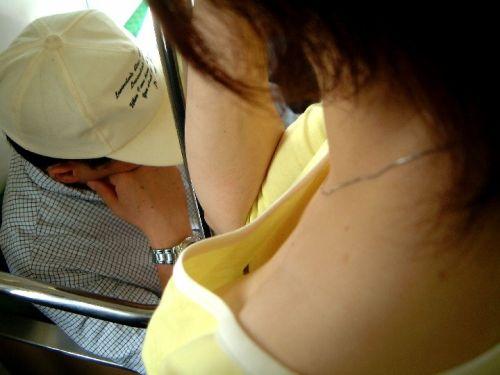 携帯・読書・マスク姿のお姉さんも胸チラしちゃう電車盗撮画像 35枚 No.19