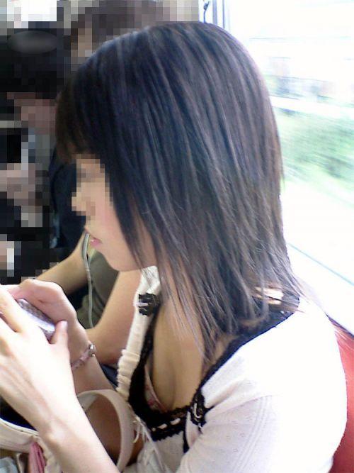 携帯・読書・マスク姿のお姉さんも胸チラしちゃう電車盗撮画像 35枚 No.21