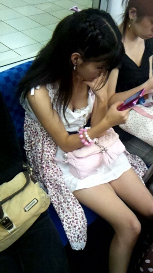 携帯・読書・マスク姿のお姉さんも胸チラしちゃう電車盗撮画像 35枚 No.24