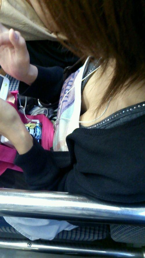 携帯・読書・マスク姿のお姉さんも胸チラしちゃう電車盗撮画像 35枚 No.28