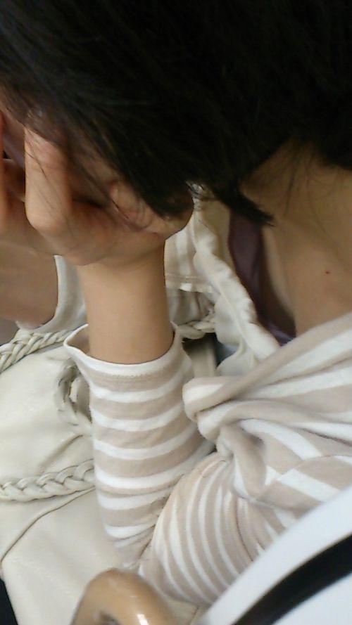 携帯・読書・マスク姿のお姉さんも胸チラしちゃう電車盗撮画像 35枚 No.29