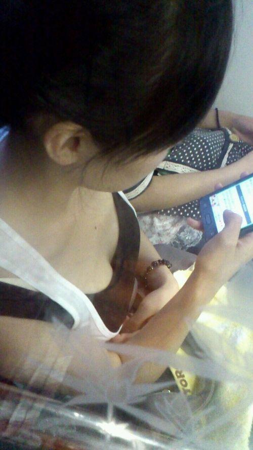 携帯・読書・マスク姿のお姉さんも胸チラしちゃう電車盗撮画像 35枚 No.30