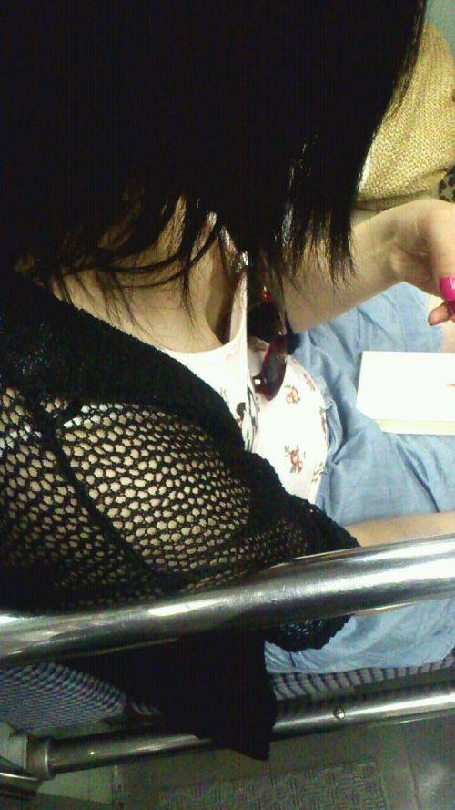 携帯・読書・マスク姿のお姉さんも胸チラしちゃう電車盗撮画像 35枚 No.31