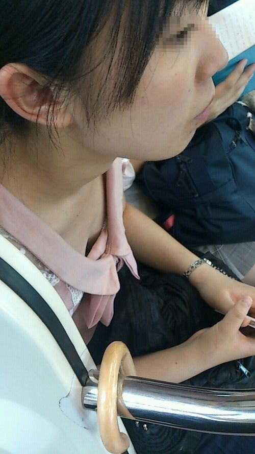 携帯・読書・マスク姿のお姉さんも胸チラしちゃう電車盗撮画像 35枚 No.33