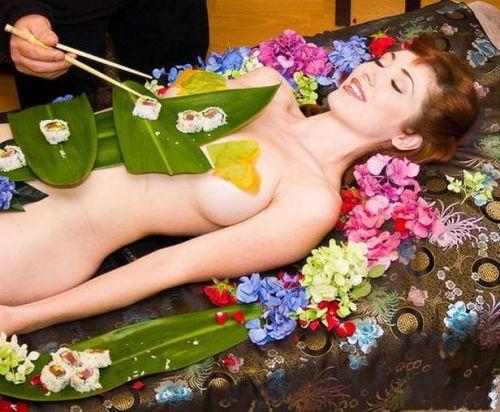 【エロ画像】食欲と性欲を同時に満たせる女体盛りを比較しようぜwww 40枚 No.7