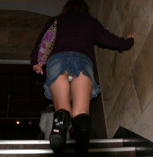 階段でミニスカJKの後ろからパンチラ盗撮してるエロ画像www 31枚 No.24
