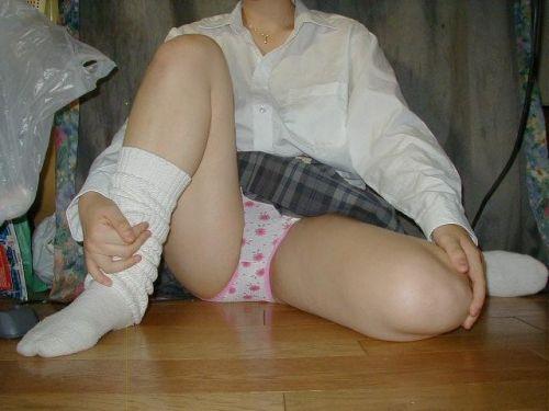 女子校生が制服姿でM字開脚してパンティガッツリ見せちゃうエロ画像 No.16
