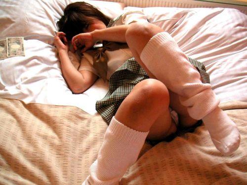女子校生が制服姿でM字開脚してパンティガッツリ見せちゃうエロ画像 No.20