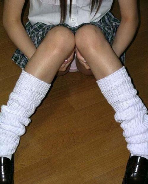 女子校生が制服姿でM字開脚してパンティガッツリ見せちゃうエロ画像 No.26