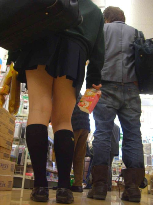 JKのフレッシュでむっちりした生脚な太ももを盗撮したエロ画像 No.28