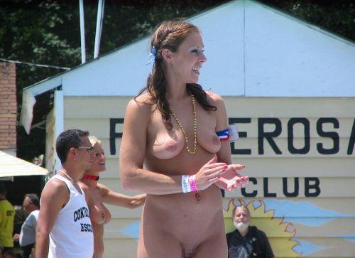 ヌーディストビーチで全裸になっている外国人美女達のエロ画像 No.5