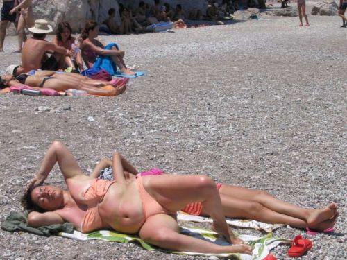 ヌーディストビーチで全裸になっている外国人美女達のエロ画像 No.6