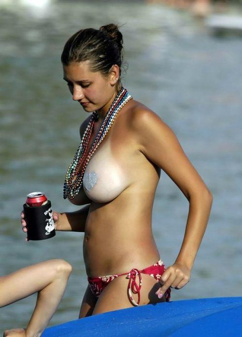 ヌーディストビーチで全裸になっている外国人美女達のエロ画像 No.9