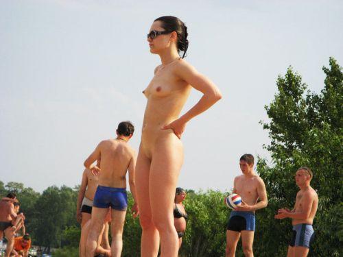 ヌーディストビーチで全裸になっている外国人美女達のエロ画像 No.31
