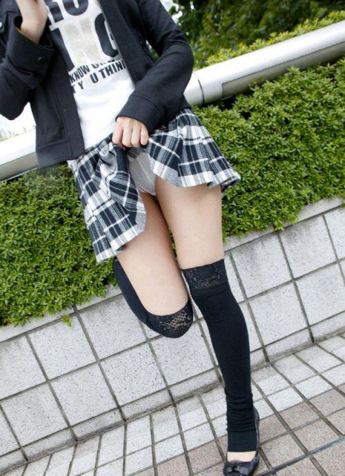 【エロ画像】自分からミニスカートをめくり上げて見せパンしちゃうJK! 37枚 part.12 No.18