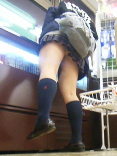 【エロ画像】ミニスカJKって斜め下からパンチラ盗撮簡単過ぎwww 43枚 part.15 No.2