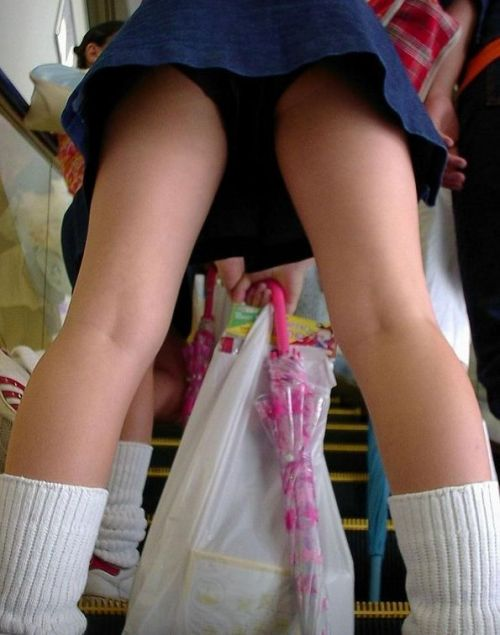 【エロ画像】ミニスカJKって斜め下からパンチラ盗撮簡単過ぎwww 43枚 part.15 No.14