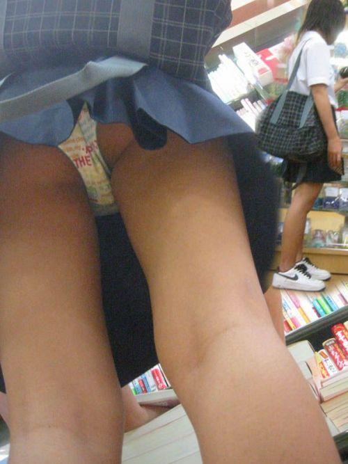 【エロ画像】ミニスカJKって斜め下からパンチラ盗撮簡単過ぎwww 43枚 part.15 No.21