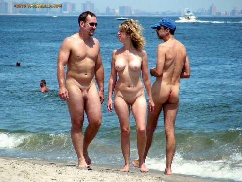 ビラビラなマンコや巨大乳輪おっぱいが丸見えなヌーディストビーチのエロ画像 39枚 No.22