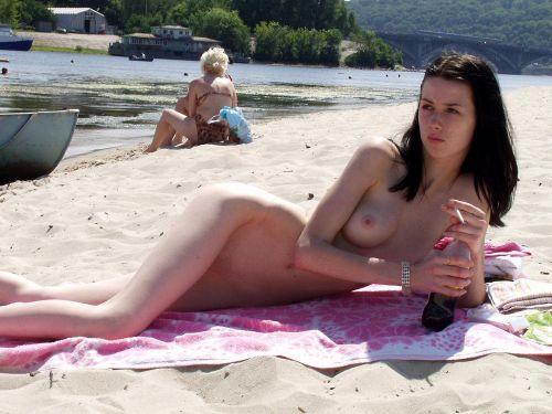 ビラビラなマンコや巨大乳輪おっぱいが丸見えなヌーディストビーチのエロ画像 39枚 No.23